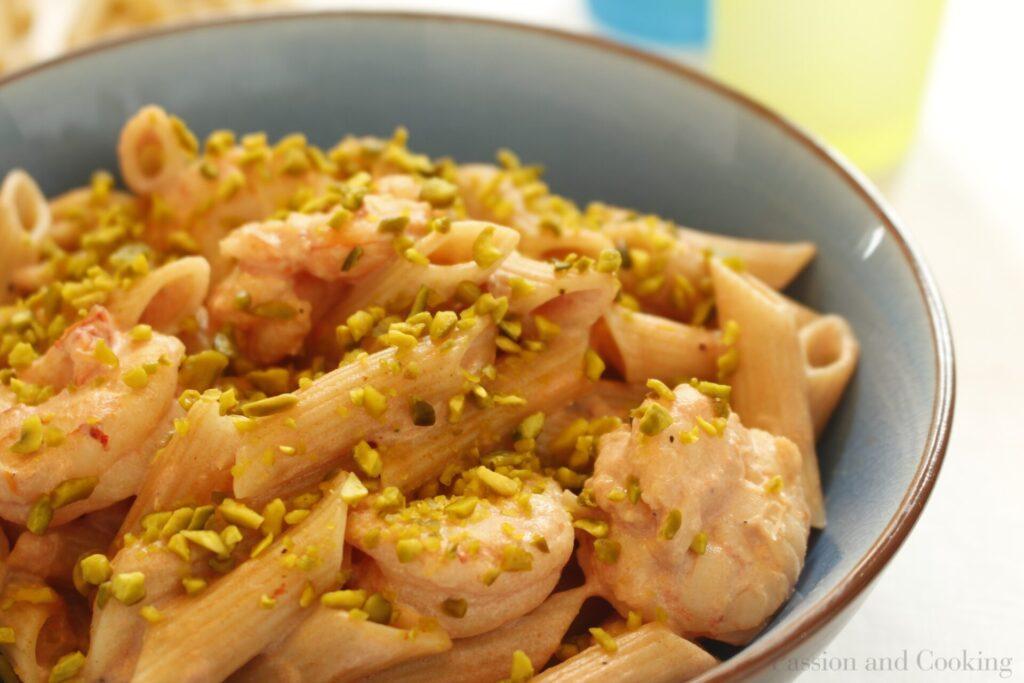 Pasta con gamberi e pistacchio dett.